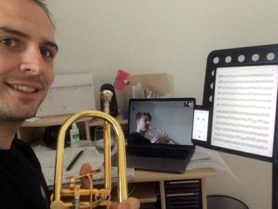 Trompetenlehrer Patrik Hofer im Home-Office, am Bildschirm sein Schüler Rapahel Fendl.